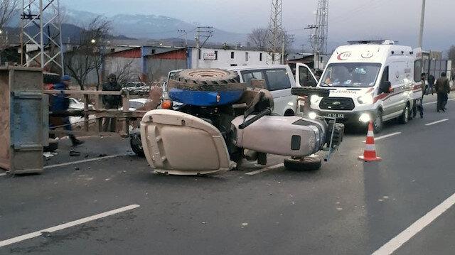 Kazada yaralananlar ambulansla hastanelere kaldırıldı.