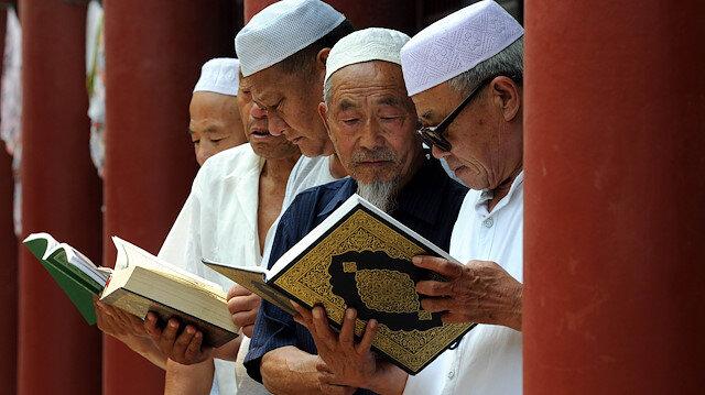 Çin'de yaşayan Müslümanlar Kuran okurken... (Fotoğraf: AFP)