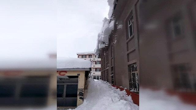 Çatıdan çığ gibi düşen kar geliyorum dedi