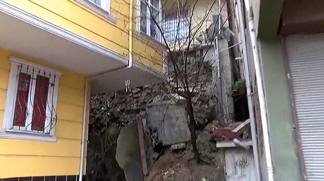 Kağıthanede bir binanın istinat duvarı çöktü
