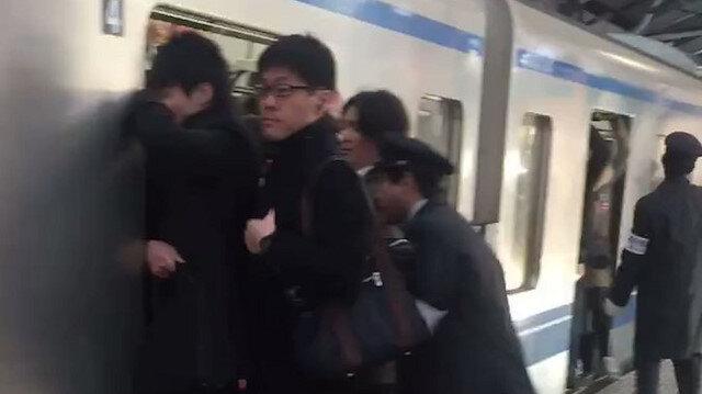 Japonyada metroya binmek büyük bir yetenek