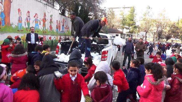 Kar yağmayan okula kamyonetle kar taşıdılar