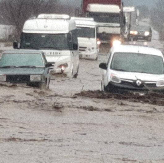 İzmir'de sel karayolunu kapattı