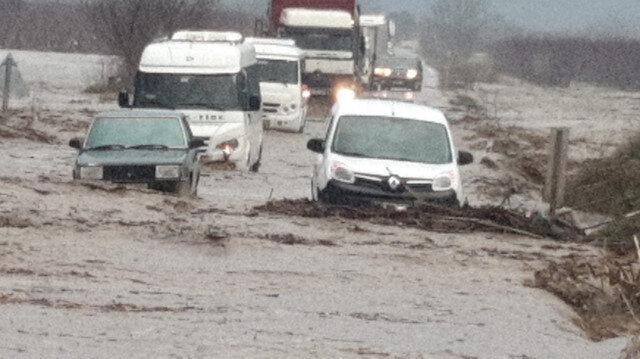 Etkili sağanak nedeniyle yollar adeta göle döndü.