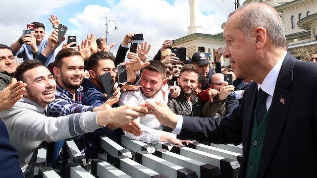 Cumhurbaşkanı Erdoğan, gençlerle sıklıkla bir araya geliyor ve onlarla yakından ilgileniyor. Fotoğraf: Arşiv.