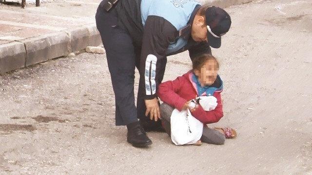 Yol ortasında ağlayan küçük kız çocuğunu zabıta ekipleri kucağına alarak sakinleştirmeye çalıştı.