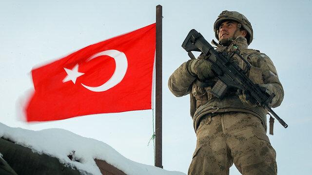Mehmetçik, zorlu kış şartlarına rağmen terörle mücadelesine aralıksız devam ediyor.