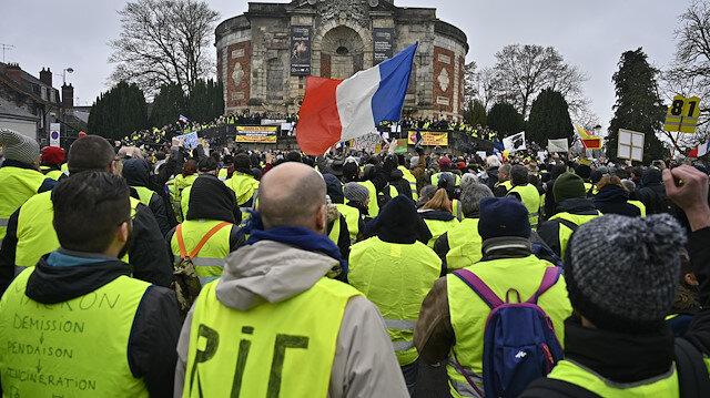Fransa Bourges'da sarı yeleklerin gösterisi