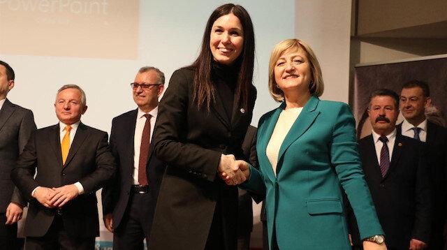 AK Parti Genel Başkan Yardımcısı ve Samsun Milletvekili Çiğdem Karaaslan, adayları tek tek sahneye çağırarak tanıttı.