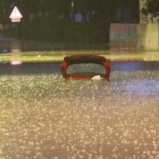 İzmir'de bazı araçlar su birikintilerinde kaldı