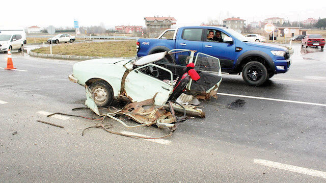 Kaza nedeniyle araç kullanılamaz hale geldi.