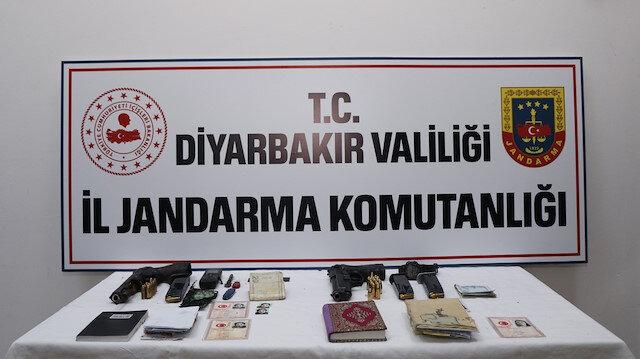 Diyarbakır'daki terör operasyonun ardından le geçirilen mühimmat ve materyaller.