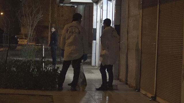Diyarbakır'da daire kapısı önüne bırakılan karton kutudaki cesedi ekipler inceleyerek morga kaldırdı.