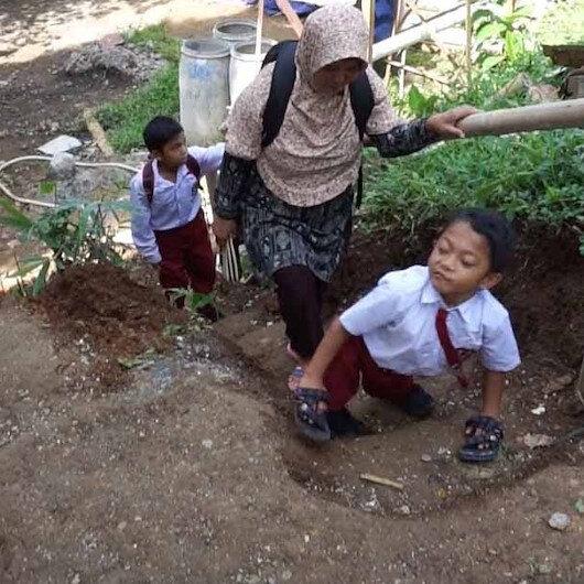 Endonezyalı Muhlisin zorlu okul yolculuğu