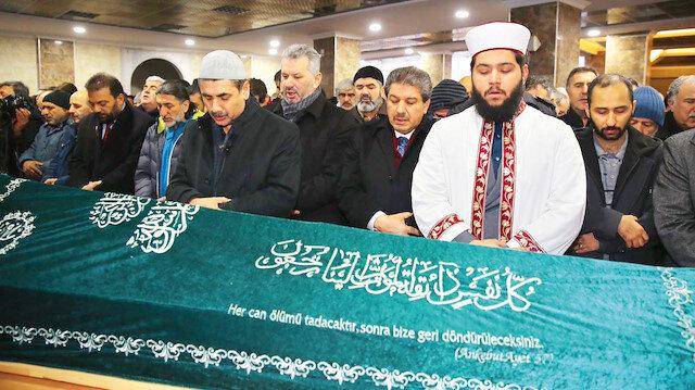 Mahmut Balcı'nın cenazesi, yüzlerce öğrencisi ve dava arkadaşının katılımıyla vefat ettiği camiden kaldırıldı.