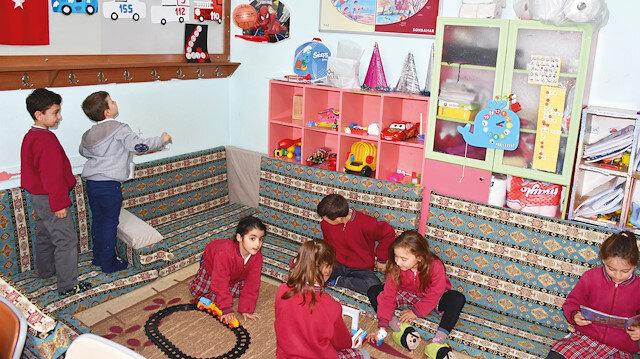 Osmangazi İlkokulu'nda, yönetim, çocukların okuldan sıkılmamaları adına tüm sınıflara şark köşesi, oyun ve dinlenme alanları yaptı.