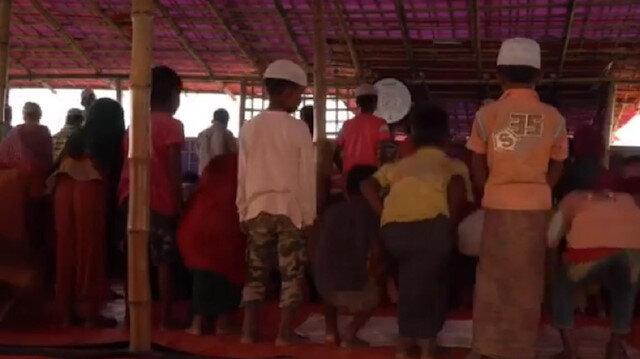 Arakanlı çocuklar cemaatle namaz kılıyor