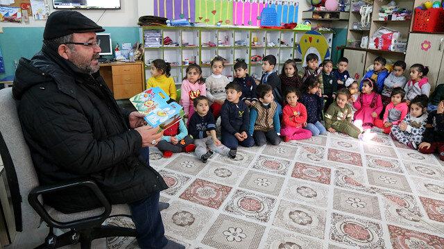 Dedeler ve nineler, ana sınıfı öğrencilerine masal anlatıyor