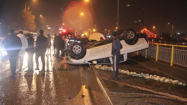 Devrilen kamyonet için duran 2 kişi başka otomobilin çarpması sonucu öldü.