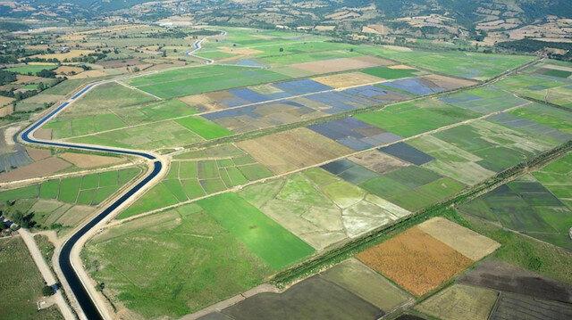 Tarım arazilerinin yeter gelirli tarımsal işletme büyüklüklerine ulaştırılması arazi toplulaştırma yapılıyor.