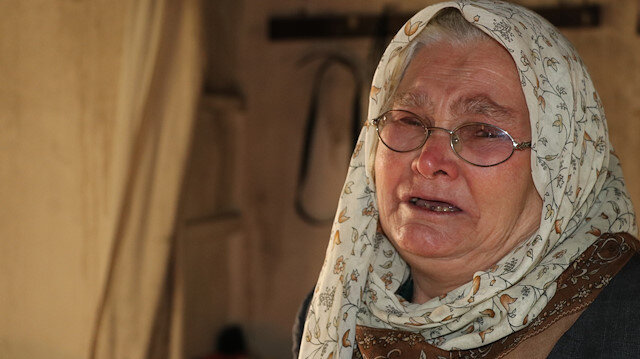 Evi yanan yaşlı kadın Şehri Çukur yardım bekliyor.