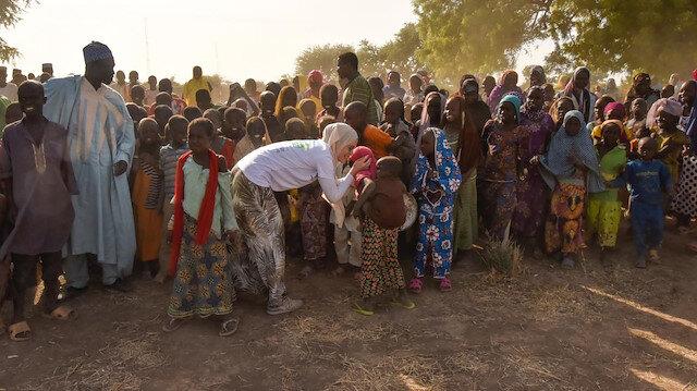 Gamze Özçelik, kurucusu olduğu Umuda Koşanlar Derneği ile birlikte Kamerun'da.