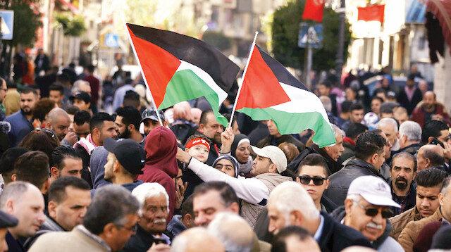 Filistin'de Suud, BAE, Mısır destekli projeye protesto gösterisi düzenlendi.