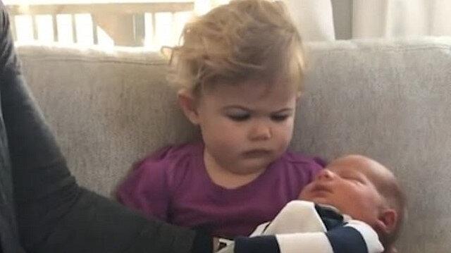 Yeni doğan kardeşini kabullenmeyen çocuk sosyal medyayı salladı