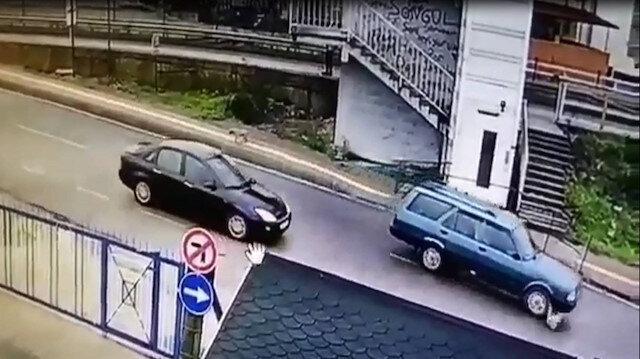 Araç sürücüsünün köpeği ezip kaçtığı an