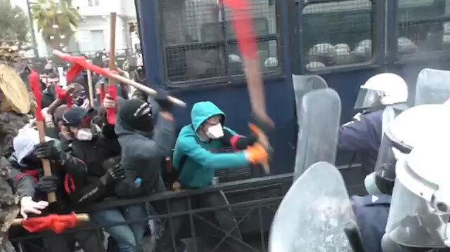 Atina'da sokağa inen öğretmenler polisle karşı karşıya