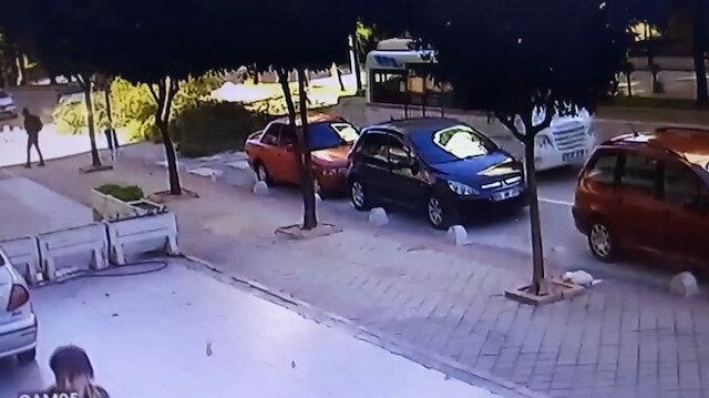 Şiddetli rüzgar ağacı otomobilin üzerine devirdi