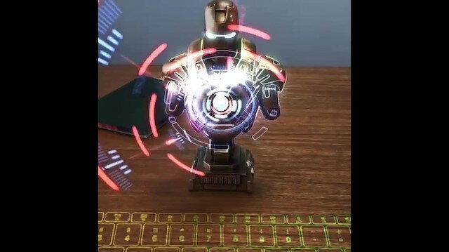 Demir Adam temalı holografik klavye