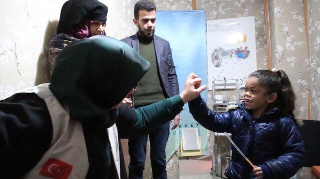 Suriyeli küçük kız ilk kez duymanın mutluluğunu yaşadı