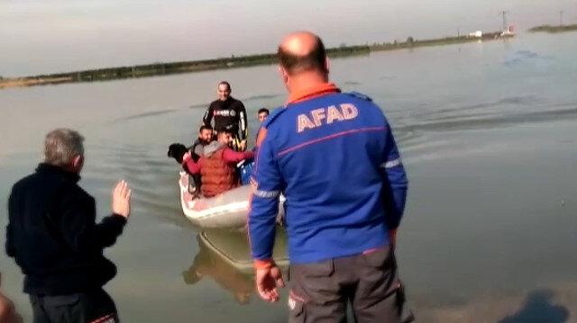 Su basan bahçe evinde mahsur kalan Suriyeliler botla kurtarıldı