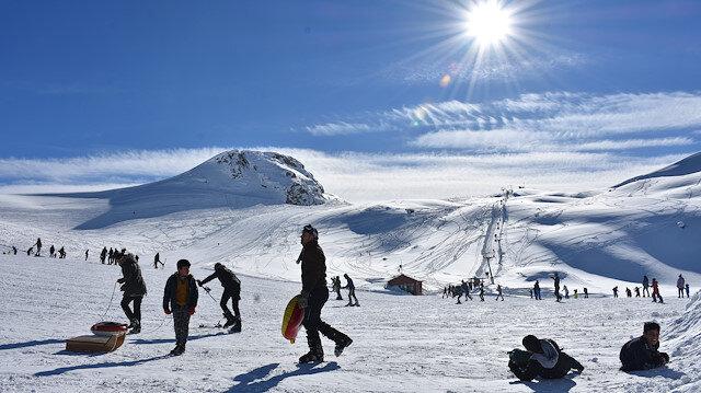 Hakkari'de 2 bin 800 rakımda kayak ve piknik keyfi