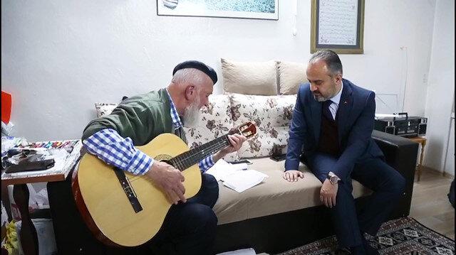 71 yaşındaki Mehmet Dede'den Başkan Akşan'a gitar resitali