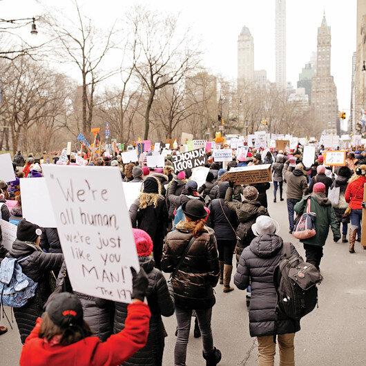 On binler  Trump'a karşı yürüdü