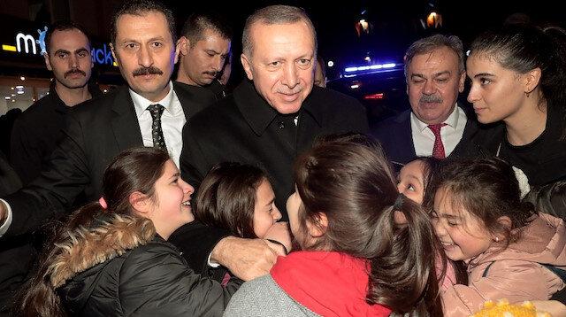 Cumhurbaşkanı Erdoğan vatandaşlarla çay içip simit yedi