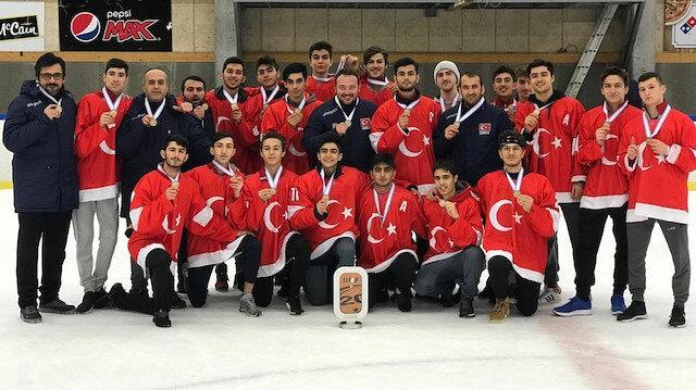 Türkiye Ümit Milli Buz Hokeyi Takımı'ndan bronz madalya