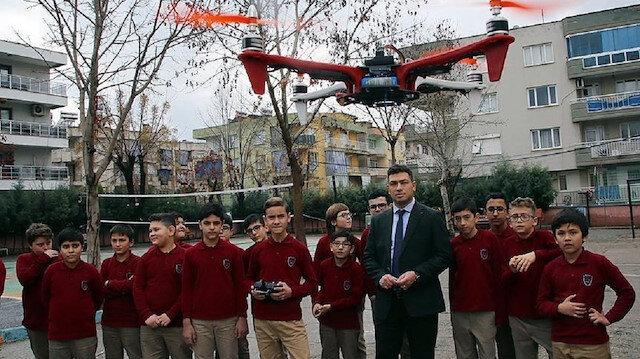 Salihli ilçesindeki Kudret Demir Ortaokulu öğrencileri, bilgisayar ortamında tasarladıkları drone parçalarını üç boyutlu yazıcıdan çıkararak kendi dron'larını üretiyor.