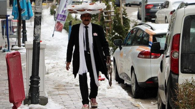 Memiş Kaplan, kravatlı ve takım elbiseli simitçi olarak dikkat çekiyor.