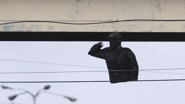 Venezuela'da Hugo Chavez heykelini astılar