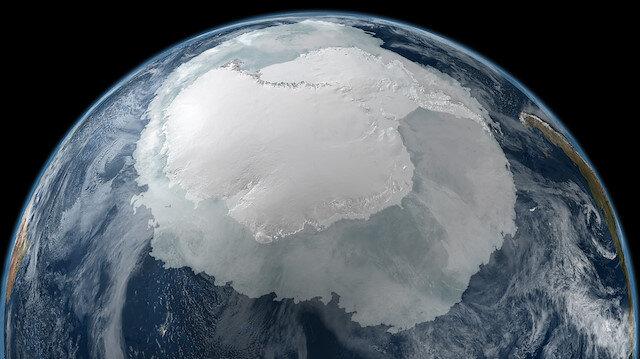 Antarktika kıtasında bilimsel amaçlı çalışmalar için bulunan ilk Türk vatandaşının 1967 yılında ABD'nin Plateau İstasyonu'nda çalışmalar yapan Atok Karaali olduğu kayıtlarda yer alıyor.