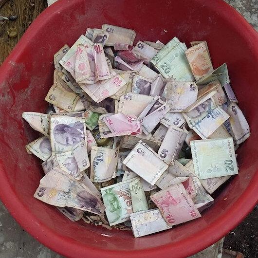 Çöp evden çok sayıda mermi ve para çıktı