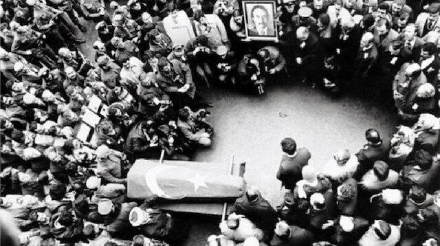 Abdi İpekçi için her yıl ailesi, sevenleri ve meslektaşlarınca, defnedildiği Zincirlikuyu Mezarlığındaki mezarı başında tören düzenleniyor.