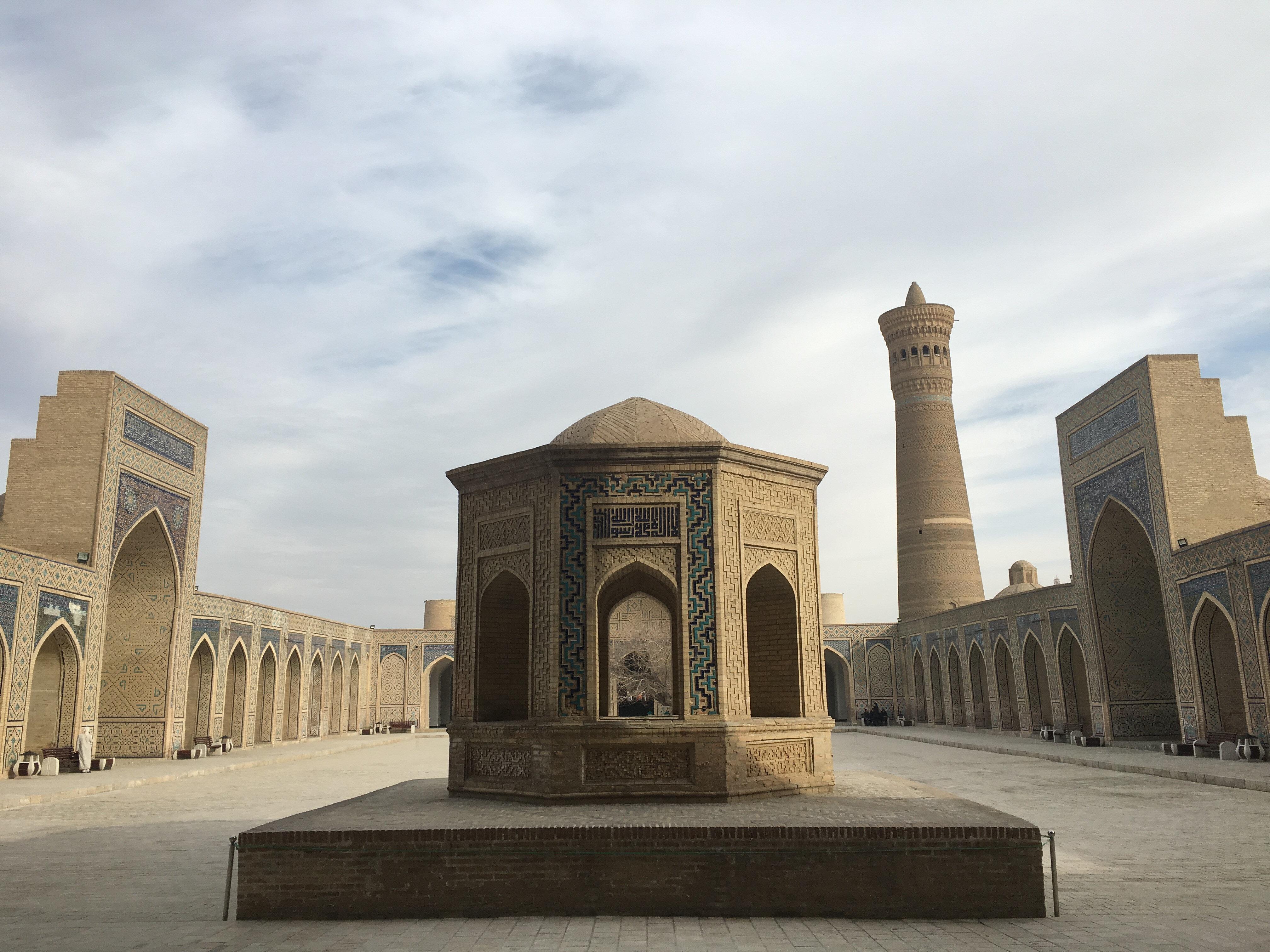 İmam Buharî'nin ders okuttuğu Kalan Camii'nin iç avlusundan bir görünüm.