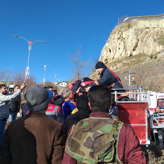 25 metre yükseklikteki kayalıklardan düşerek yaralandı