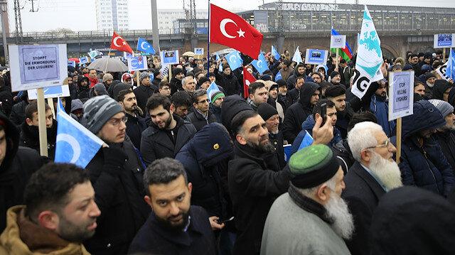 Çin büyükelçilikleri ve konsoloslukları önünde protesto gösterilere düzenlendi.