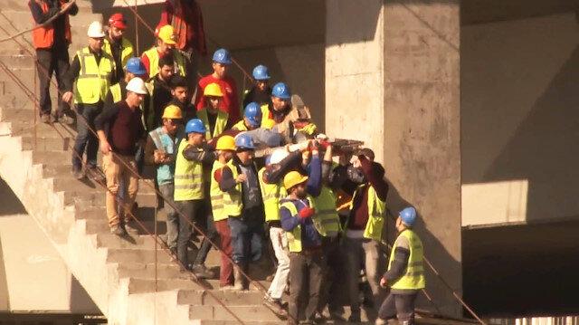 Ayağı kırılan işçiyi arkadaşları omuzlarında taşıdı