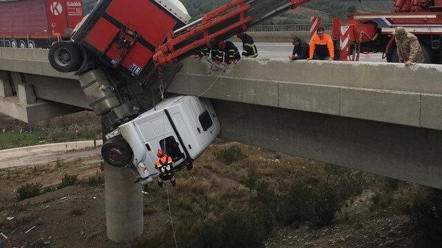 Viyadükte asılı kalan şoföre nefes kesen kurtarma operasyonu